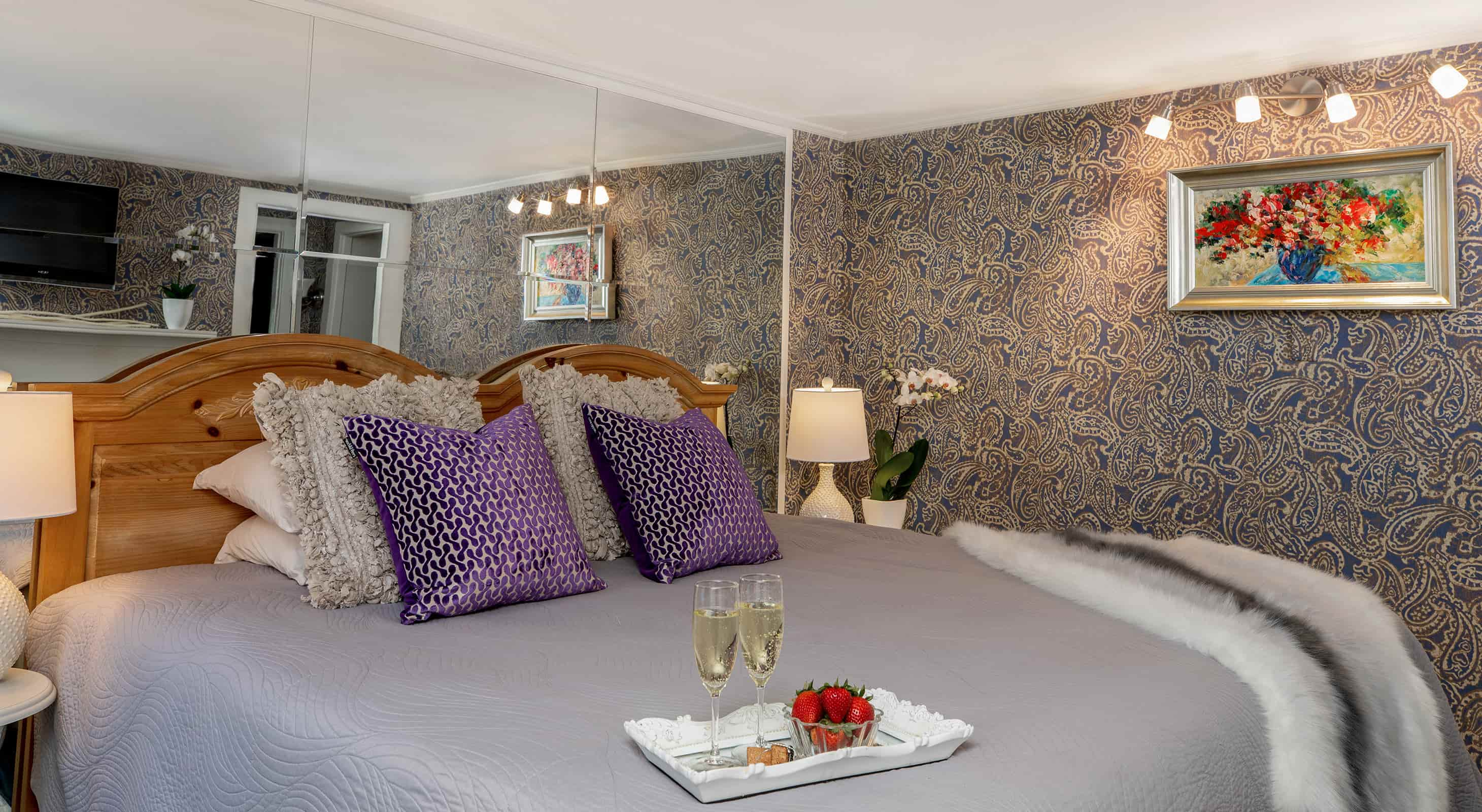 Bed Lavender Suite with sparkling wine and strawberries